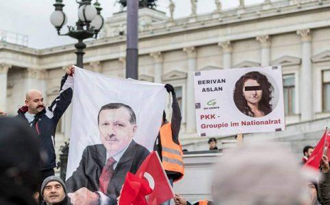 Berivan Aslan auf AKP-Plakaten