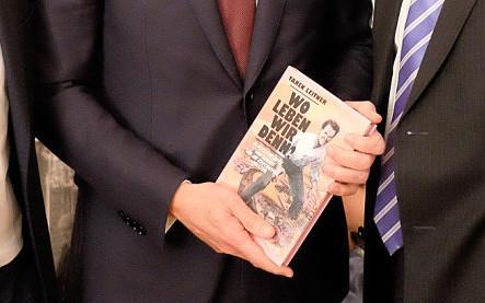 Christian Kern hält Tarek Leitners Buch in dessen Privatwohnung (Fotos: © Manfred Weis/Brandstätter Verlag)