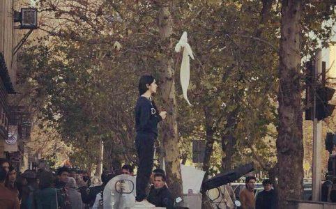 Eine Frau im Aufstand im Iran